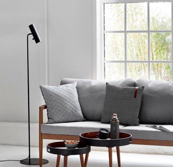 stojąca lampa podłogowa - okno w salonie